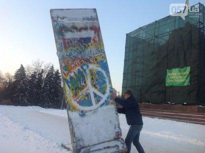 Фрагмент Берлинской стены привезли в Одесу