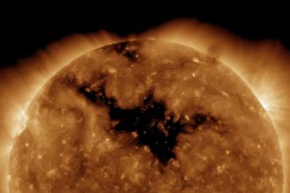Гигантская коронарная дыра появилась на Солнце