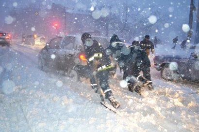 В Одессе продолжают эвакуировать из снежных заносов людей и авто