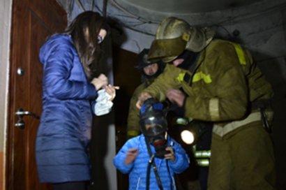 В Одессе на пожаре спасена женщина с трехлетним ребенком (фото)