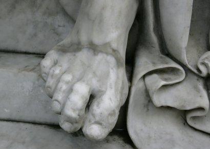 Сын одесского Лаокоона уже полтора года стоит с изуродованными пальцами (фото)