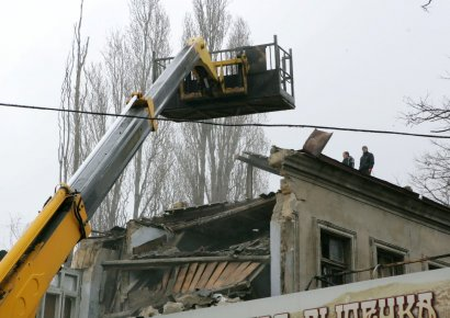 Одесские коммунальщики пытаются разобрать завалы рухнувшего дома