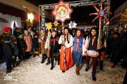 Хоровые коллективы Одесской епархии и православная молодежь поздравили одесситов Рождественскими колядками  (фото)