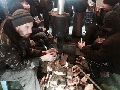 Волонтеры напоминают адреса бесплатных обедов для бездомных (фото)