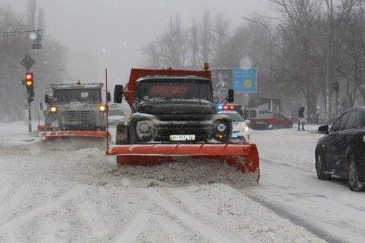 В Одессе продолжаются работы по расчистке снежных заносов