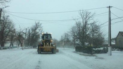 Спасатели продолжают освобождать дороги региона от снега