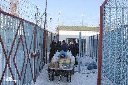 Одесские священники принесли рождественские подарки заключенным  СИЗО (фото)