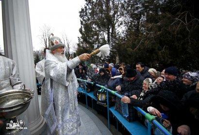 Праздник Крещения: Владыка Агафангел окропил многочисленных верующих святой водой (фото)