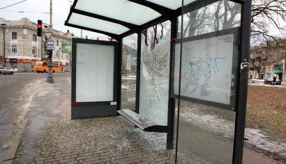 Неизвестные варвары изуродовали остановку общественного транспорта в Одессе (фото)