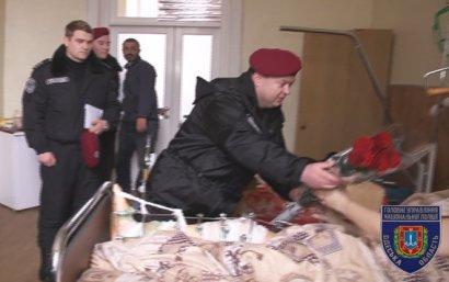 Одесские полицейские посетили женщину, спасшую человека во время стрельбы (фото)