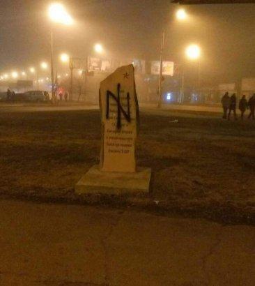 Акт вандализма в Одессе: памятник маршалу Жукову разрисовали нацистским знаком