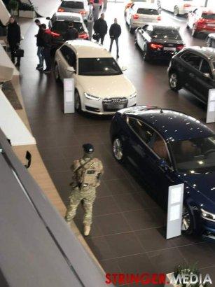 СБУ проводит обыски в автомобильном салоне Audi в Одессе