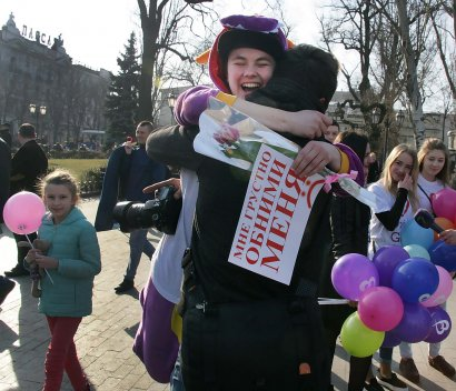 Одесситов предупредили: сегодня на Дерибасовской будут приставать к прохожим с объятиями