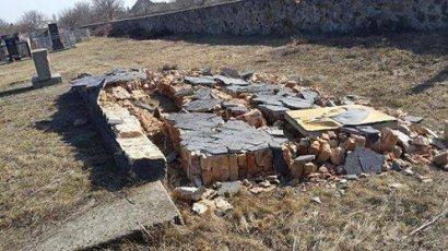 В Саврани вандалы разгромили памятник жертвам Холокоста