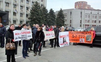 Под стенами Одесской ОГА прошел митинг инвесторов «недостроев» (фото)