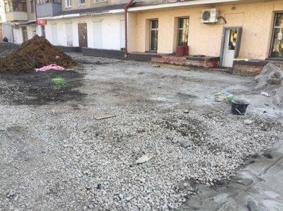 В Одессе на улице Варненской ремонтируют тротуар (фото)