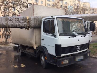 В Малиновском районе в теплотрассе застрял… грузовик.