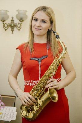 Под звуки саксофона
