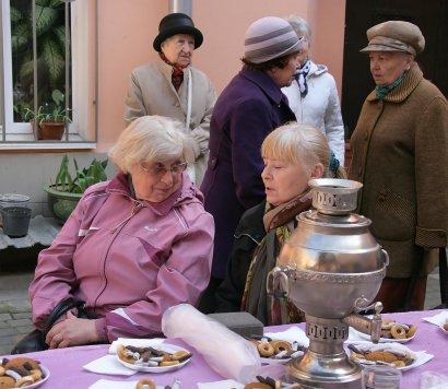 Цветы, печенье и любимые хиты Леонида Утесова - 122-летие исполнителя решили отметить во дворе его дома-музея.