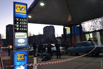 В Одессе преступник с пистолетом ограбил АЗС