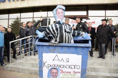 Черноморск: На митинге портовики посадили в мусорный бак чучело директора порта (фото)