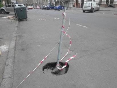 На одной из центральных улиц Одессы яму заткнули палкой