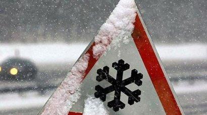 """Из-за снежных заносов в Одесской области застряла машина """"скорой"""", перевозившая роженицу"""