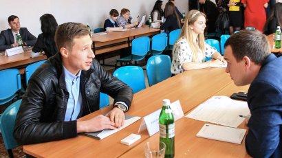 Ярмарка вакансий помогает трудоустроиться молодым специалистам
