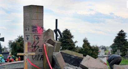 Польские националисты демонтировали надгробный памятник воинам УПА