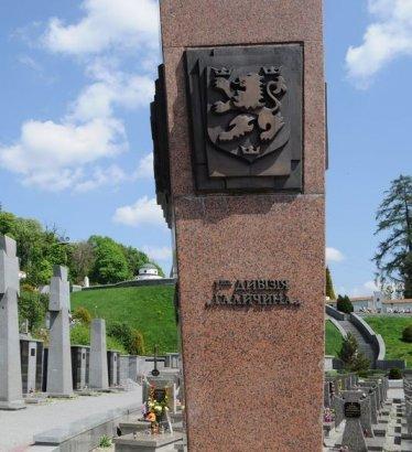 Памятник дивизии СС «Галичина» в Тернополе облили красной краской