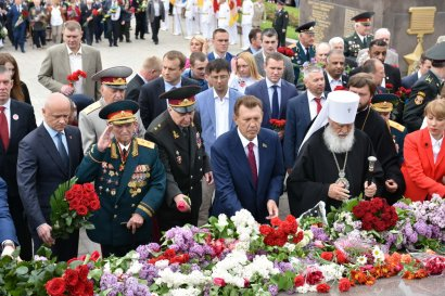 К стеле «Крылья Победы» на площади 10 апреля торжественно возложили цветы