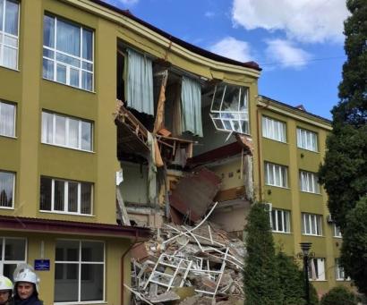 Обрушение части здания колледжа в Коломые