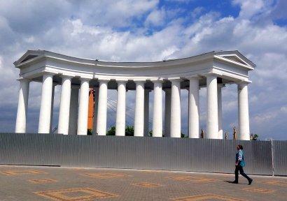 Одесская Колоннада — за забором, Воронцовский дворец окружили столбы, а знаменитая пушка «уехала лечиться»