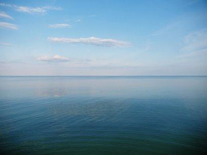 На одесских пляжах отдыхают уже сотни людей