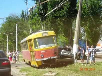 На Таирова иномарку зажало между трамваем и столбом