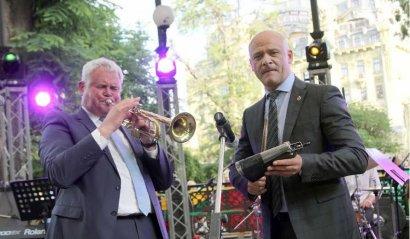 Мэры Одессы и Клайпеды исполнили дуэтом джазовую композицию в ротонде Горсада
