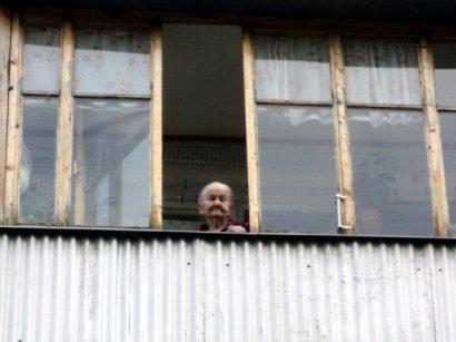 В Суворовском районе пожилая женщина выпала с третьего этажа