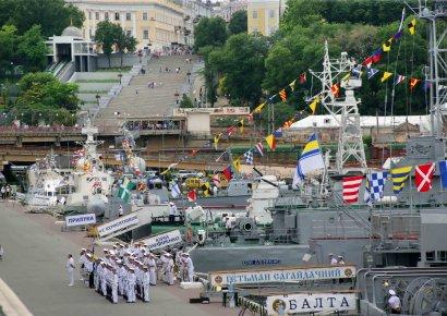 На линейке – боевые корабли