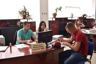 Абитуриенты могут лично подавать документы в приёмных комиссиях вузов