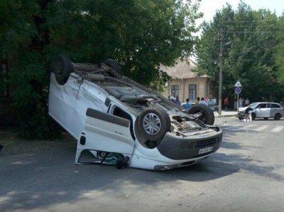 Дуэль микроавтобуса с автомобилем закончилась в пользу последнего