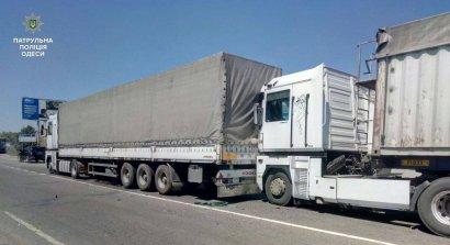 Микроавтобус с детьми столкнулся с двумя грузовиками