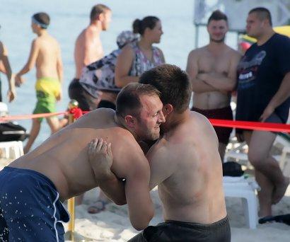 В Одессе прошел открытый кубок спортивного клуба «Мангуст» по пляжной борьбе, приуроченный к 16-летию клуба