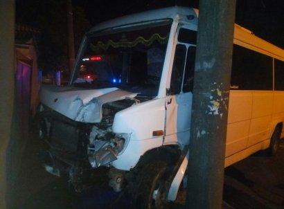 Микроавтобус «поцеловался» со столбом, а счетверенное ДТП перекрыло улицу