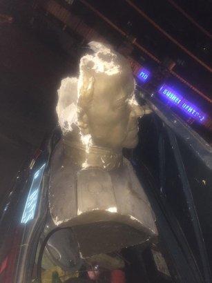 Похитившие памятник Жукову активисты  ночью напали на журналиста