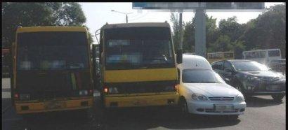 Сразу две маршрутки и «легковушка» столкнулись в Суворовском районе Одессы.