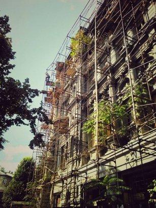 На доме Руссова  меняют строительные леса