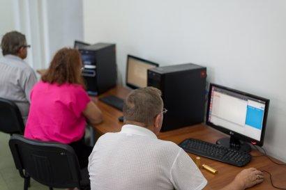 Пенсионеры идут в ногу со временем, изучая компьютерные технологии