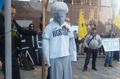 Сегодня возле российского консульства сожгли чучело Путина