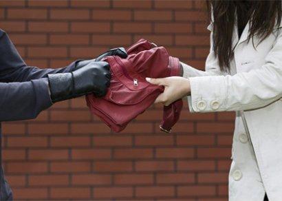 Неизвестный украл сумку из автомобиля женщины