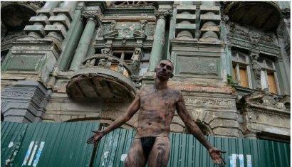 Ню-протест против разрушения дома Руссова.